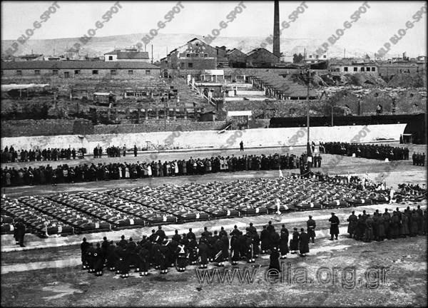 4 Μαρτίου 1955. Στον Πειραιά, σην Ακτή Βασιλειάδη, τα φέρετρα με τις σορούς των Ελλήνων στρατιωτών, που μεταφέρθηκαν από  την Κορέα.