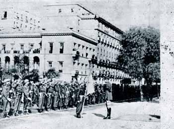 Ο επικεφαλής του ελληνικού εκστρατευτικού σώματος παραλαμβάνει την πολεμική σημαία από το βασιλιά Παύλο...