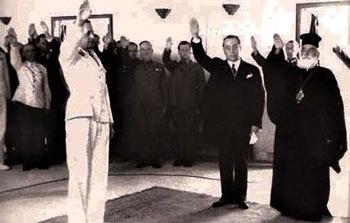 Ο Μητροπολίτης Κυδωνίας Αγαθάγγελος χαιρετά φασιστικά σε εκδήλωση του καθεστώτος της 4ης Αυγούστου.