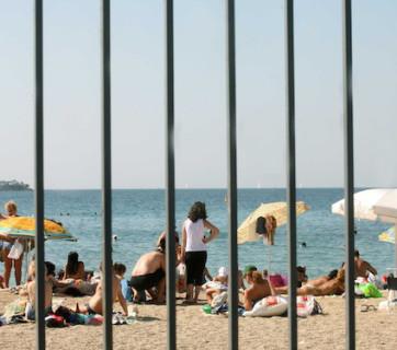 Νομοσχέδιο για τον αιγιαλό: Τσιμέντο και συρματοπλέγματα μέχρι τη θάλασσα!