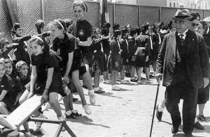 Ο Μεταξάς παρακολουθεί γυμανστικές επιδείξεις μαθητών. Ηθελε την εκπαίδευση κατά το ναζιστικό πρότυπο.