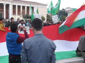 Από την συγκέντρωση της 1ης του Νοέμβρη, μέρας παγκόσμιας αλληλεγγύης στο Κομπανί, στα Προπύλαια του Πανεπιστημίου Αθηνών.