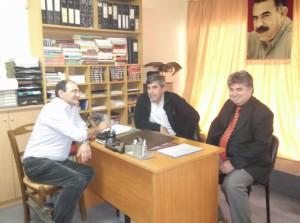 Στη μέση ο επίσημος εκπρόσωπος του PYD για την Ευρώπη, Ζουχάτ Κομπανί και δεξιά ο δρ. Ιμπραήμ Μουσλέμ, εκπρόσωπος του PYD στην Ελλάδα.