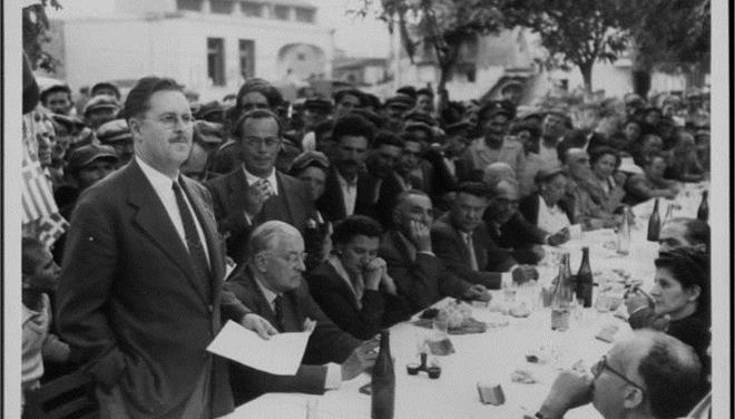 Ο Πολ Πότερ όρθιος απευθύνει χαιρετισμό σε εκδήλωση για την πρώτη ριζοκαλλιέργεια κατά τα αμερικανικά πρότυπα...