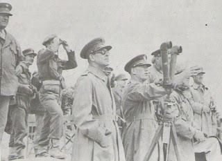 Ο βασιλιάς Παύλος και το Αμερικανός στρατηγός Βαν Φλιτ παρακολουθούν τις κινήσεις του κυβερνητικού στρατού.