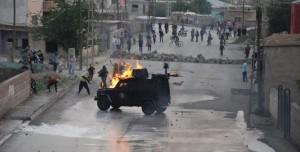 Τεθωρακισμένο της Αστυνομίας στα χέρια των υπερασπιστών της συνοικίας.