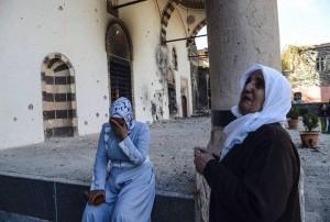 Απόγνωση έξω από το τζαμί.