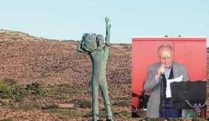 Το άγαλμα του «Δεσμώτη Μακρονησιώτη», έργο του γλύπτη και αρχιτέκτονα Γρηγόρη Ριζόπουλου, Πρόεδρου της ΠΕΚΑΜ, δεσπόζει στη Μακρόνησο. Στην ένθετη φωτογραφία ο Λάζαρος Κυρίτσης, στην περσινή εκδήλωση της ΠΕΚΑΜ στο Λαύριο,  αφηγείται τα γεγονότα της μεγάλης σφαγής των εκατοντάδων κρατουμένων στρατιωτών του ΑΕΤΟ που έγινε στις 29 Φλεβάρη και 1η Μάρτη του 1948.
