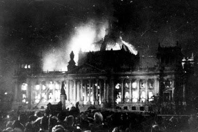 Tη νύχτα της 26ης προς την 27η του Φεβρουαρίου 1933, οι ναζί πυρπόλησαν  το Ράιχσταγκ , με στόχο την ενοχοποίηση των κομμουνιστών.