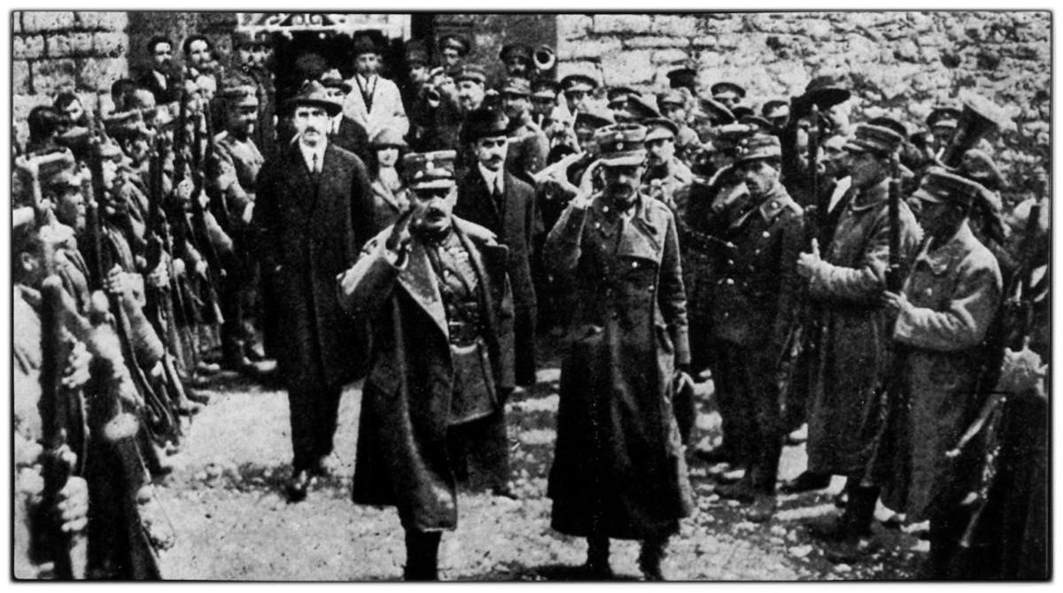 Πλαστήρας- Γονατάς. Πίσω αριστερά ο Γεώργιος Παπανδρέου, πολιτικός σύμβουλος της «Επαναστατικής Κυβέρνησης» στην αρχή, και υπουργός των Εσωτερικών από τις 9 Ιανουαρίου 1923.