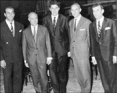 Οι συντελεστές του «Άξιον Εστί» μετά την πρεμιέρα στο «Ρεξ» (19 Οκτωβρίου 1964). Από αριστερά: Θόδωρος Δημήτριεφ, Οδυσσέας Ελύτης, Μίκης Θεοδωράκης, Μάνος Κατράκης, Γρηγόρης Μπιθικώτσης.