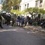 Τα ΜΑΤ μπήκαν στην Ευελπίδων και χτυπούσαν όσους περίμεναν τους συλληφθέντες