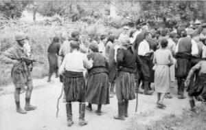 Κοντομαρί 2 Ιούνη 1941. Οι Γερμανοί συγκεντρώνουν τους κατοίκους και λίγο αργότερα διαλέγουν και εκτελούν 25 από αυτούς. (φωτ. Φραντς Πέτερ Βάιξλερ – συλλογή Β. Μαθιόπουλου)