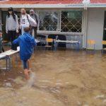 Eλλάδα 2021: Μαθητές έφτιαξαν «γέφυρα» με θρανία για να φύγουν από πλημμυρισμένο σχολείο